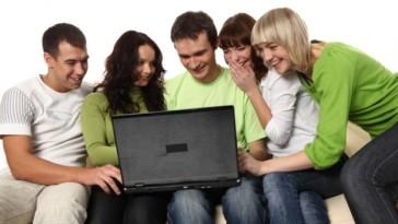femme-ordinateur-portable-le-mode-de-vie-jeans_3258163